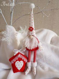 Гномик Санта,принарядился к Новому году и Рождеству.