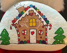 christmas paintings Most Beautiful DIY Christmas Painted Rocks Design Rock Painting Patterns, Rock Painting Ideas Easy, Rock Painting Designs, Pebble Painting, Pebble Art, Stone Painting, Painted Rocks Craft, Hand Painted Rocks, Painted Stones