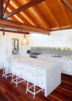 Una deslumbrante cocina por  Paul Hutchison  queen usó dos de nuestros modelos a la vez, Caesarstone Classico Alpine Mist como encimera y Caesarstone Concetto White Quartz como base con iluminación