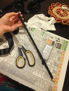 DIY: Costume 1920s Cigarette Holder - Paperblog I would use wooden dowel,zebra duct tape,white paper