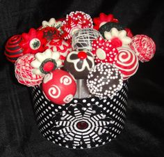 Cakepop bouquet in black and red