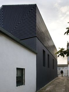 | ARCHITECTURE | Ezzo - Casa de Leca, Matosinhos, 2005. Lovely exterior cladding detail