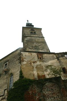 Am Fuß der Burg Güssing - Blick nach oben. #Burgentour durch das #Burgenland.