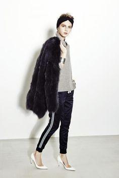 coat ¥260,000  knit ¥36,000  pants ¥29,000  hair accessory ¥6,800  pumps ¥85,000