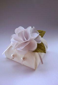 Bem casado tradicional na caixinha com flor