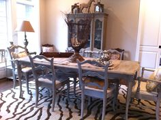 Love this chalk painted dining table....mmmm.  Just may have to do this!