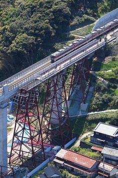 兵庫県香美町香住区の展望施設「空の駅」(高さ41メートル)のエレベーター設置工事が3日、始まる。2017年9月の完成を目指す。  「空の駅」は、JR山陰線の旧余部鉄橋(全長310メートル)のコンクリート橋架け替えに伴い、県が橋脚の一部を残して整備し、2013年にオープンした。近くに道の駅「あまるべ」があり、香美町の観光スポットとして大勢の観光客らが訪れ、にぎわっている。