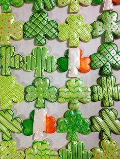 Learn how to make easy St Patricks Day Treats Kids will love - Sugar Cookies! These are super delicious desserts that wll keep everyone hapy over the festive fun! Irish Cookies, St Patrick's Day Cookies, Cut Out Cookies, Iced Cookies, Cute Cookies, Royal Icing Cookies, Holiday Cookies, Sugar Cookies, Frosted Cookies