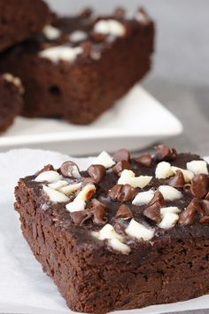 The BEST holiday brownies! These festive brownies are the perfect gift for friends and neighbors… outrageously delicious & secretly healthy! They're also great for a Christmas cookie exchange! 'Tis the season! 1 brownie: 122 calories   4g fat   7g sugars   PIN!