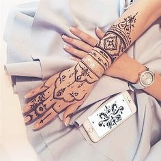*CREDIT TO CREATOR* I love the intricate and thin designs, definetly a step-up from the classic henna designs Mehndi Designs, Pretty Henna Designs, Henna Tattoo Designs Simple, Simple Henna, Tribal Henna Designs, Henna Ink, Henna Tattoo Hand, Henna Mehndi, Finger Tattoos