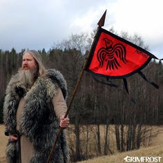 The Raven Banner was flown by Viking Chieftains during the Viking Age. It was connected to Odin and could have been used to strike fear into one's enemies, or used as a ritual symbol to declare that the fallen were given to Odin. Viking Raven, Viking Life, Viking Warrior, Viking Woman, Viking Camp, Viking House, Vikings Banner, Viking Reenactment, Viking Dress
