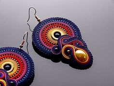 Orecchini Soutache colorati con ematite. Soutache Pendant, Soutache Necklace, Tassel Earrings, Women's Earrings, Crochet Earrings, Boho Jewelry, Jewelry Crafts, Unique Jewelry, Shibori