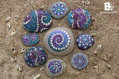 #DIY Mandala Stones Tutorials colorful-crafts.com