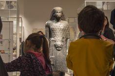 Senza dubbio sono incuriositi, a volte sbalorditi: al Museo Egizio di Torino le mummie, i sarcofaghi, le statuine con la testa di cane, le grandi statue con la