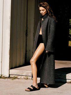 Miranda Kerr for Vogue UK (I'm in it for the birkenstock though) Vogue Uk, Vogue Korea, Miranda Kerr, Grunge Look, Style Birkenstock, Birkenstock Arizona, Birkenstock Fashion, Denim Overall, Moda Fashion