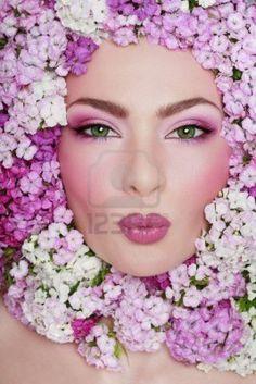 Retrato de hermosos ojos verdes niña con maquillaje de fantasía y flores de dulce williams alrededor de su cara   Foto de archivo