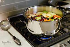 Ponche de frutas cocinándose en la Queen Cooker de Rena Ware