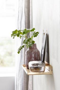 SMÅ HYLLER gir plass til vakre objekter og grønne planter for koselig stemning, som i dette miljøet fra House Doctor.