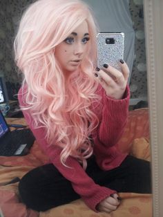 Dye your hair simple & easy to ombre Electric hair color - temporarily use ombre pink hair dye to achieve brilliant results! DIY your hair ombre with hair chalk Long Pink Hair, Light Pink Hair, Pink Hair Dye, Pastel Pink Hair, Big Hair, Ombre Hair, Dyed Hair, Peach Hair, Pink Wig