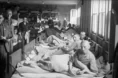 Survivants dans un dortoir du camp de concentration de Dachau en ...