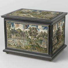 Ebbenhouten gefineerde, rechthoekige kist met stumpwork borduurwerk op het deksel en de vier wanden, anonymous, c. 1650 - Rijksmuseum