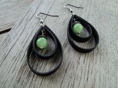 Boucles d'oreille en chambre à air recyclée et perle de verre couleur verte : Boucles d'oreille par rustines-et-cie