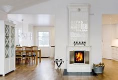 Kachelofen Stoemsrum White Fireplace, Fireplace Mantles, White Shelves, Fireplace Inserts, Swedish Design, Large Homes, Other Rooms, Living Room Interior, Old Houses