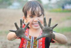 Os micróbios têm um papel importante no sistema imunológico, daí a importância de deixar as crianças se sujarem sem preocupações excessivas, defende o pesquisador.