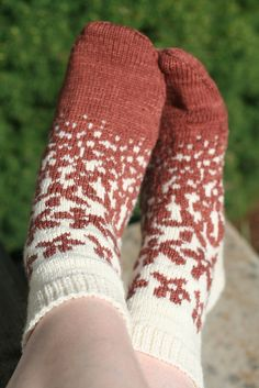 Wouldn't this pattern be cute on a hat? In pale icy blue on white? :) Ravelry: Project Gallery for Fields of Flowers pattern by Sarah Bordelon Crochet Socks, Knit Mittens, Knit Or Crochet, Knitting Socks, Free Knitting, Knitting Patterns, Crochet Patterns, Knit Socks, Patterned Socks
