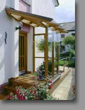 Windfang in Holz-Glas-Ausführung . - New Ideas Sas Entree, Petite Pergola, Glass Porch, Pergola Attached To House, Covered Pergola, Front Entrances, Wood Glass, Back Doors, Entrance Doors