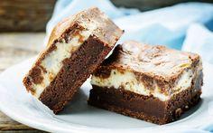 İki katlı, iri renkli, içi yumuşacık labne peynirli brownie tarifi; tadına doyulmaz bir bir brownie aslında.