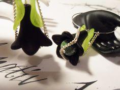 http://de.dawanda.com/product/36126101-Creolen-mit-Gruenspot-und-Acryl Die versilberten Creolen sind mit Acryl Blüten, Acrylblättern und handbemalten Perlen sowie einer Grün Spot Edelstein Perle (Tree Jasper Palm Stone...