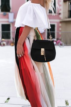 For my trip to Italy I teamed up with probably the most inspiring Online shops ever together: Net-a-Porter . When I looked for the most beautiful parts of my journey, I am again not to Chloé come over. I love the playful and feminine style of Chloé and would prefer to carry EVERY single part of the brand, but that would find my account not so funny.  The more I've been looking forward to the wonderful rainbow skirt by Chloé in Cinque Terre to take pictures. And automatically my outfit has…