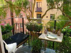 Balkon Sitzecke mit Bank und kleinem Tisch