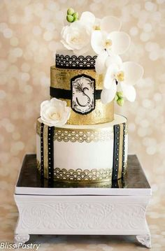 want my initial on the middle tier of the cake