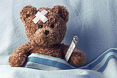Ein Teddybär ist krank im Bett