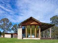 Image 35 of 35 from gallery of Hinterland House / Shaun Lockyer Architects. Photograph by Shaun Lockyer Architects Australian Architecture, Modern Architecture, Brisbane Architects, Modern Barn House, Shed Homes, Barn Homes, Container House Design, Residential Interior Design, Le Far West