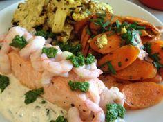 Jeg er begyndt at spise meget mere fisk efter jeg startede op med en ny og sund livsstil. Jeg prøver at lave det i forskellige kombinationer. Her er det dampet laks med stegte grøntsager. Opskrift: 1 stk god laks (jeg havde købt min hos fiskehandleren) 1/4 blomkål 4 gulerødder 3 kviste frisk timian 3 spsk … I Love Food, Good Food, Appetizer Recipes, Appetizers, Danish Food, Fish Dishes, Fish And Seafood, Cakes And More, Lchf