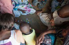 Voyager et faire du volontariat, nos bons plans (Detour Local) -> Les jeunes de l'orphelinat qui jouent aux bouchons www.detourlocal.com/voyager-faire-du-volontariat-nos-bons-plans/
