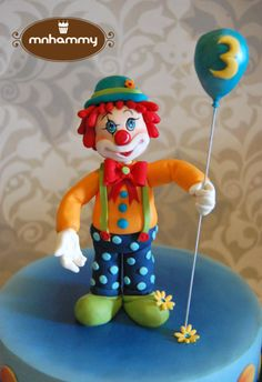 Cute simple clown cake for a little boy turning 3! I always find that making clowns it's quite risky, because they can easily turn out looking scary, hehehe! But in this case, I thought it looked cute! Simple Dairy milk sponge cake! Hope you like...