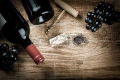 Instellen met fles rode wijn druiven en kurken Wijnkaart concept met een kopie ruimte Stockfoto