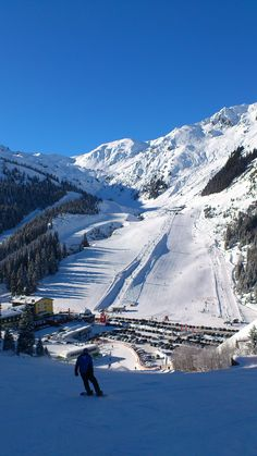 skiing in the Zillertal- Austria, photo: ski-slope in Hochfuegen, a good starting point for all Zillertal activities is the 5 star hotel Stock in Finkenberg: www.stock.at