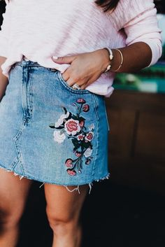 denim dreams - Glitter & Gingham Summer Style via Glitter & Gingham / How to style a denim skirt / Embroidered Denim Skirt / Summer outfit inspiration Skirt Outfits, Cute Outfits, Modest Outfits, Mode Abaya, Jeans Rock, Ladies Dress Design, Hippie Style, Passion For Fashion, Dress To Impress