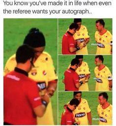 Wszyscy szanują i uwielbiają słynnego Brazylijczyka • Nawet sędzia chce otrzymać autograf od niesamowitego Ronaldinho • Zobacz >> #ronaldinho #football #soccer #sports #pilkanozna