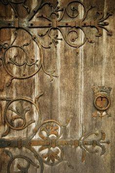 I would love a secret garden door that looks like this Cool Doors, Unique Doors, Knobs And Knockers, Door Knobs, Door Hinges, Porte Cochere, Door Detail, Garden Doors, Garden Gate