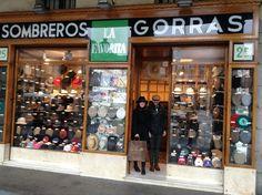 Tienda La Favorita. Plaza Mayor, 25 de Madrid.  Desde 1894, la tienda de sombreros, gorras,  boinas, más antigua de Madrid.  Actualmente atiende la 4ª generación de Enguita.