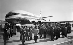 Picture released on October 9 1952 at their arrival at Orly airport of people gathering around after the first commercial flight of the de Havilland. Commercial Plane, Commercial Aircraft, De Havilland Comet, Nostalgic Images, Passenger Aircraft, France, Jet Plane, Air Travel
