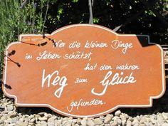 """Edelrost Gedichttafel """"Weg zum Glück""""  Wunderschönes Edelrost Schild als Dekoration für Haus und Garten.  Auch als Geschenk für gute Freunde und Bekannte eine tolle Idee.  Das Edelrost Schild Weg zum Glück bringt uns schnell und einfach näher, was man braucht um glücklich zu sein.  Der Spruch auf dem Schild lautet:  """"Wer die kleinen Dinge im Leben schätzt, hat den wahren Weg zum Glück gefunden.""""  Maße:      Höhe: 25 cm     Breite: 42 cm  Preis: 15,- €"""