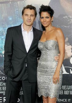 """HER DRESS!!!! Halle Berry and Olivier Martinez attend the Los Angeles premiere of """"Cloud Atlas"""" at Grauman's Chinese Theatre in Hollywood on Oct. 24, 2012."""