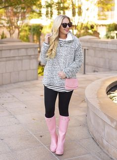 5 Ways to Wear Pink Hunter Boots in the Winter - Cort In Session Pink Hunter Boots, Hunter Boots Outfit, Pink Boots, Fashion Models, Tennis Shoes Outfit, Outfits Mujer, Fashionable Snow Boots, Boating Outfit, Fall Outfits